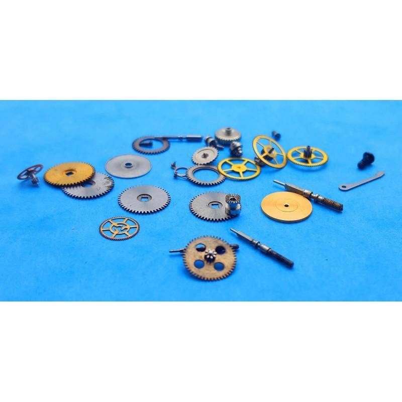 Lot Fourniture horlogère montres roues, pignons, axe de calibres, mouvements montres